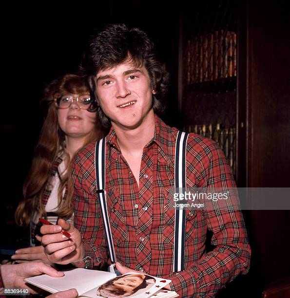 Les McKeown of pop group the Bay City Rollers poses signing autograph for a fan in May 1976 in Copenhagen Denmark