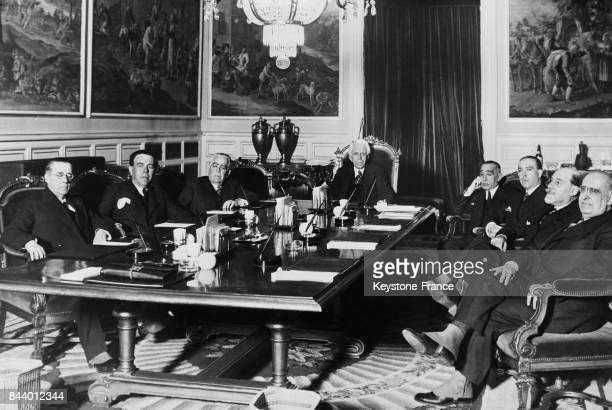 Les membres du nouveau gouvernement espagnol réunis en conseil pour la première fois sous la présidence de Monsieur Portela Valladares à Madrid...