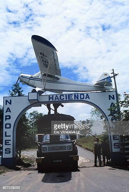 Les militaires colombiens occupent l'Hacienda Napoles somptueux domaine appartenant au chef du cartel de Medellin Pablo Escobar sur le porche le...