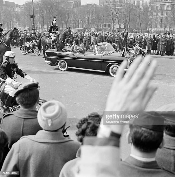 Les militaires présentent les armes au passage de la voiture décapotable du président du conseil soviétique Nikita Khrouchtchev et du Président de la...
