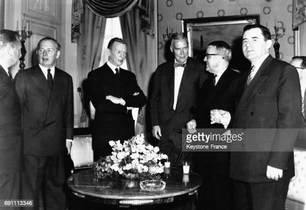 Les Ministres des Affaires Etrangères Lloyd Couve de Murville Herter Petitpierre et Gromyko réunis autour d'un déjeuner offert par Monsieur...