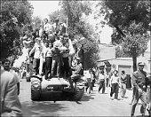 Les monarchistes et l'Armée iranienne fraternisent le 27 août 1953 à Téhéran après la réussite du coup d'Etat Le Shah d'Iran est rentré d'Italie le...