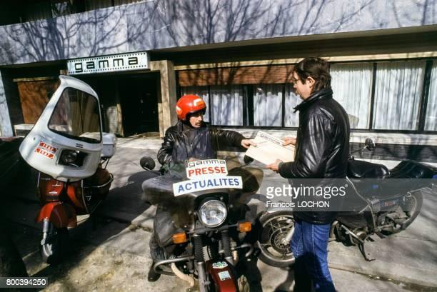 Les motards de presse de l'agence Gamma Hervé Knittel et JeanLouis Billy en mars 1987 à Paris France