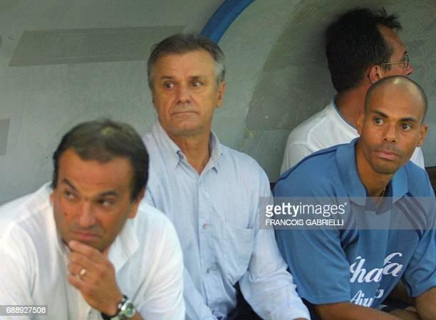 les nouveaux entraîneurs de l'OM Josip Skoblar et Marc Levy observent le jeu le 25 août 2001 à Bastia en compagnie du préparateur athlétique de...