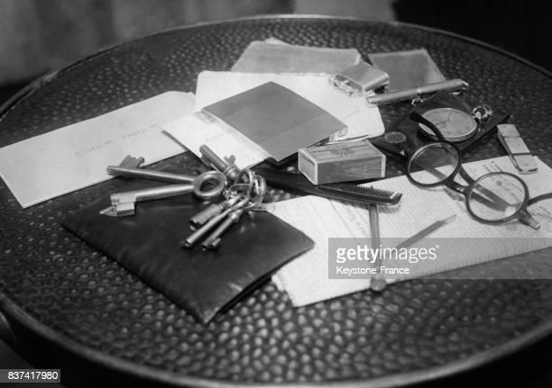 Les objets qu'un homme utilise au quotidien un peigne une paire de lunettes un trousseau de clés un portefeuille une montre à gousset une enveloppe...