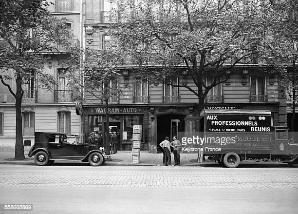 Les ouvriers en train de déménager la bibliothèque de Gaston Doumergue dans son appartement de l'avenue Wagram on remarque à gauche la voiture de...