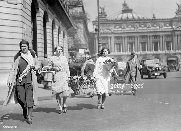 Les Parisiens achètent le traditionel muguet à Paris France le 1 mai 1931