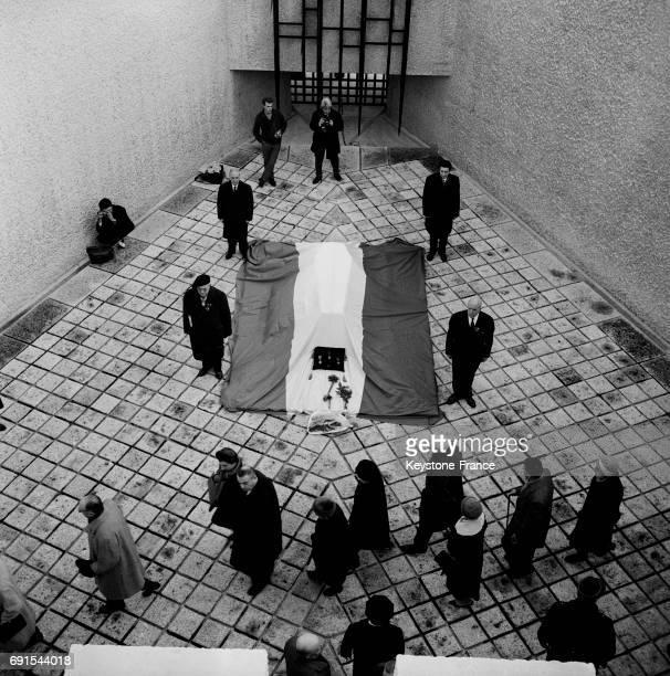 Les parisiens se recueillent devant les cendres de Jean Moulin gardées par des compagnons dans la crypte des martyrs de la résistance à Paris France...