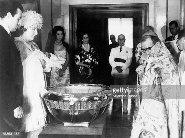 Les parrain et marraine de la petite Princesse Cristina d'espagne l'infante MarieChristine et le Prince Alfonso de BourbonDampierre tiennent l'enfant...