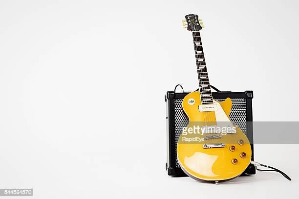 56 Les Paul Pro guitarra eléctrica apoyarse en Roland amplificador