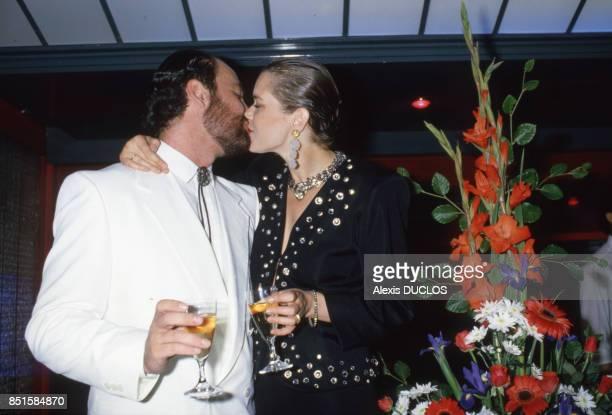 Les époux s'embrassent en France le 20 juin 1986