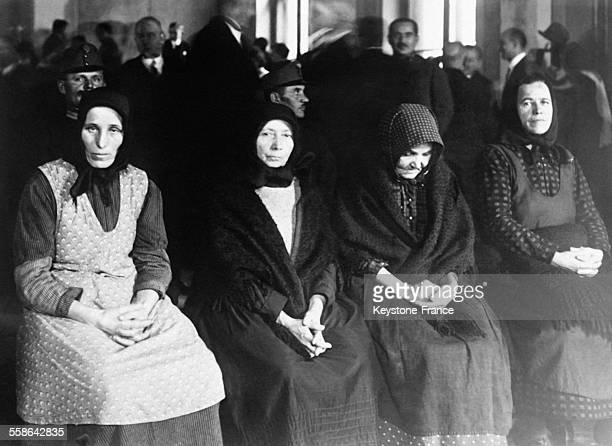 Les quatre principales accusées des meurtres en série commis dans le petit village hongrois de Nagyrev où quarante femmes ont empoisonné leurs...