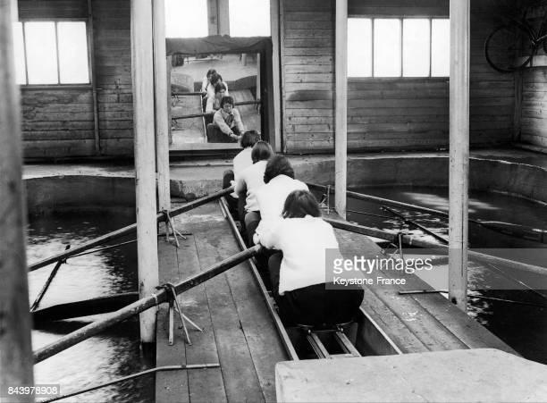 Les rameuses du Newnham College de Cambridge s'entraînent sur des rameurs sous hall couvert en vue de la saison d'aviron à Chiswick RoyaumeUni