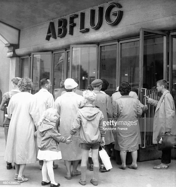 Les refugies des zones sous controle sovietique se massent a l'aeroport de Tempelhof pour passer a l'Ouest le 18 juillet 1961 a Berlin Allemagne