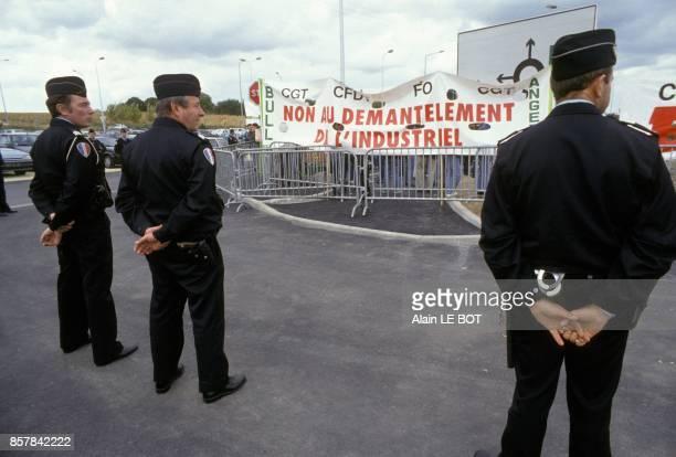 Les salaries de Bull manifestent contre les licenciements sous l'oeil de la police le 16 septembre 1993 a Angers France