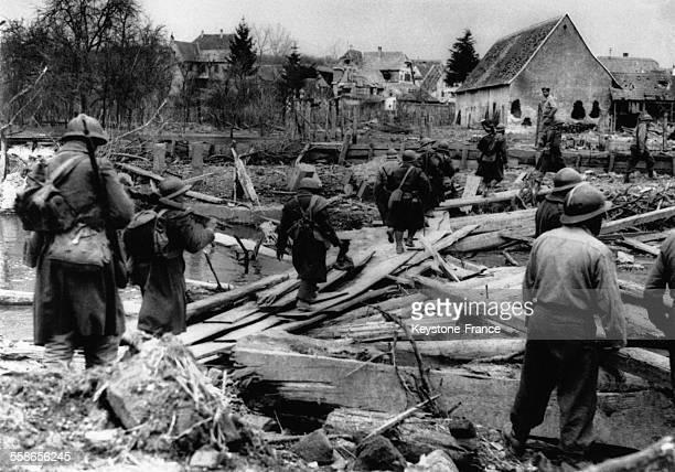 Les soldats tunisiens enrôlés dans l'Armée française ont improvisé un pont avec des planches en bois traversant la rivière Lauter qui sépare l'Alsace...