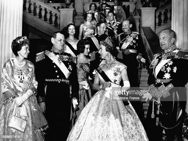 Les souverains grecs accueillent la famille royale danoise à l'occasion des fiançailles de leurs enfants à gauche la Reine Frederika de Grèce le Roi...