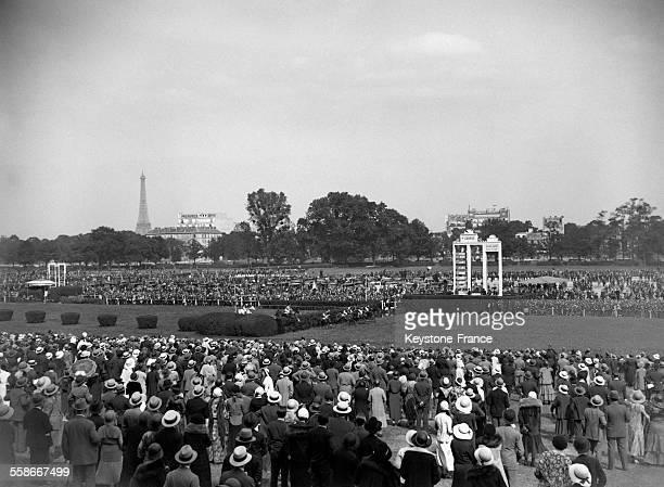 Les spectateurs lors de la course hippique du Prix des Drags à l'hippodrome d'Auteuil le 26 juin 1931 à Paris France