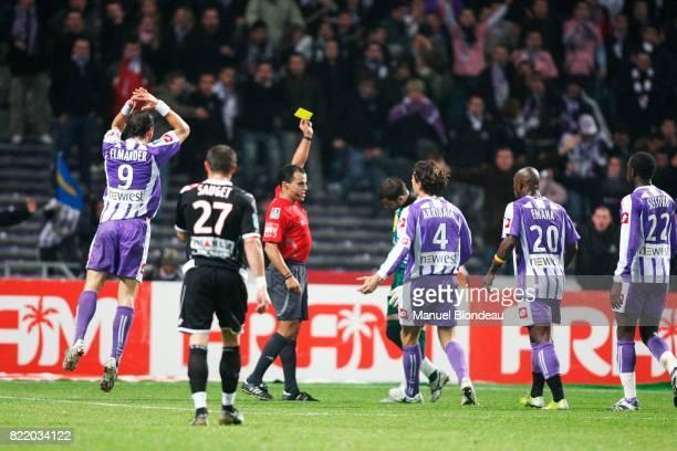les toulousain reclame un carton rouge a Said ENNJIMI pour la faute de Gennaro BRACIGLIANO Toulouse FC / Nancy Championnat ligue1 6 eme journee 2007...