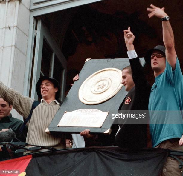 Les Toulousains Clément Poitrenaud Frédéric Michalak et Xavier Garbajosa lèvent le bouclier de Brennus le 10 juin 2001 sur le balcon de la mairie de...