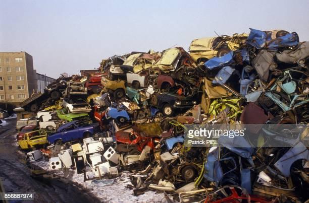 Les Trabant a la casse apres la chute du Rideau de Fer en Fevrier 1991 a Berlin Allemagne
