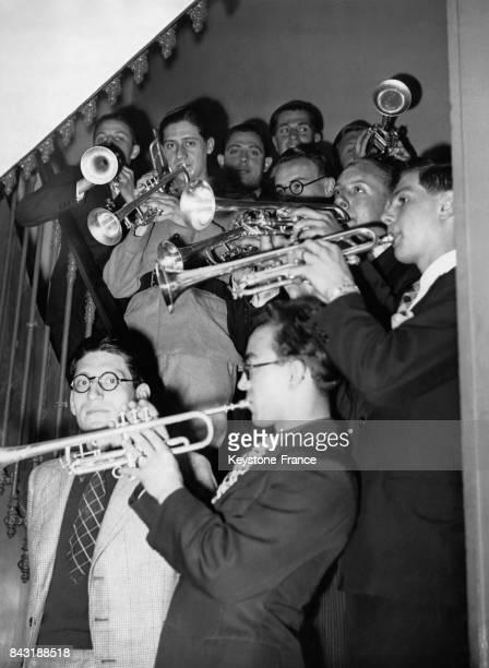 Les trompettistes répètent dans l'escalier avant de passer l'épreuve des instruments à vent pour le concours du Conservatoire le 14 juin 1939 à Paris...