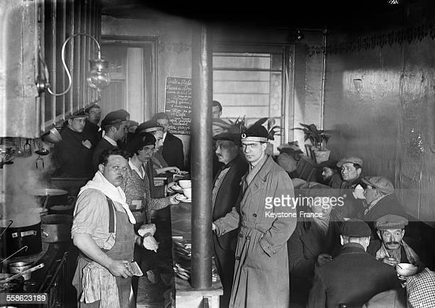 Les étudiants distribuent le repas gratuit aux chômeurs au Quartier Latin à Paris France le 3 mars 1932