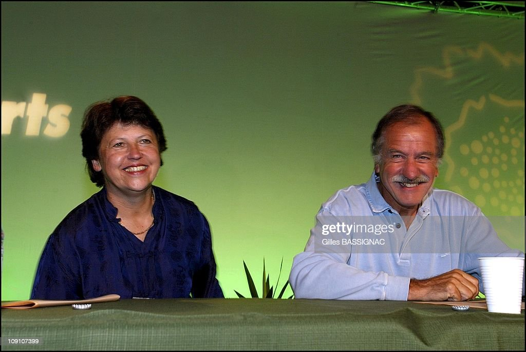 Les Verts Summer Conference On August 27Th, 2002 In Saint Jean De Monts, France. Martine Aubry (Ps) Guest Of Dominique Voynet And Noel Mamere At The Summer Conference. -Left To Right: Martine Aubry And Noel Mamere.