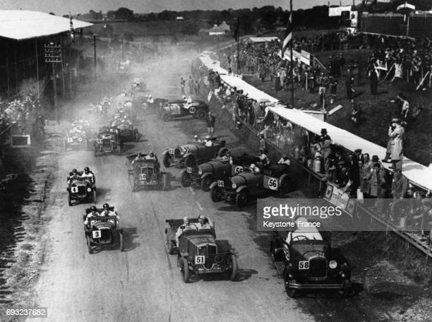 Les voitures s'élancent sur la piste du circuit de Ards pour le trophée tourisme endurance à Belfast en Irlande le 18 août 1929