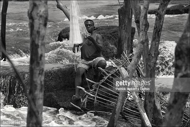 Les Wagenia littéralement les ' visiteurs ' Petite ethnie d'immigration vivent au plus près du Congo à la hauteur des rapides sur lesquels ils ont...