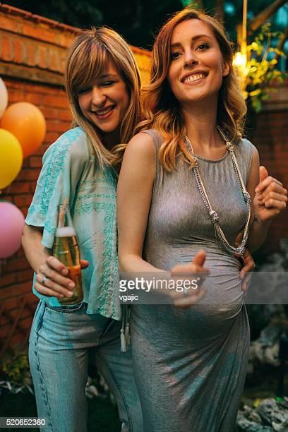 Couple de lesbiennes s'amuser au Jardin Parti