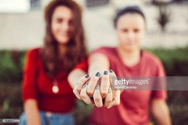 Lesbiennes couple tenant les mains