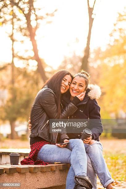 Lesbiennes couple rire