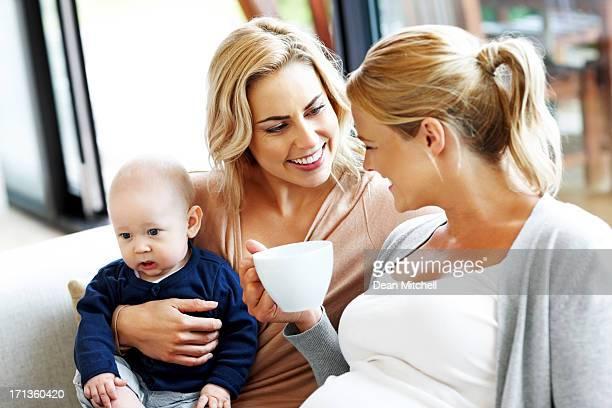 Lesbische paar und Ihre Kinder sich wie zu Hause fühlen.