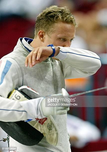 l'escrimeur français JeanNoël Ferrari s'essuie le visage après sa défaite 815 face à l'Allemand André Wessels le 19 août 2002 à Lisbonne en quart de...