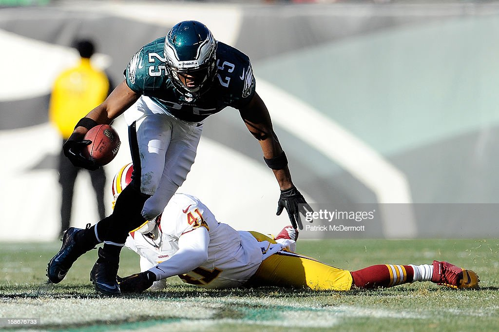 LeSean McCoy #25 of the Philadelphia Eagles avoids the tackle of Madieu Williams #41 of the Washington Redskins during the first half at Lincoln Financial Field on December 23, 2012 in Philadelphia, Pennsylvania.