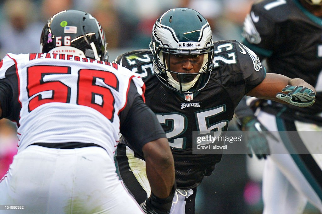 <a gi-track='captionPersonalityLinkClicked' href=/galleries/search?phrase=LeSean+McCoy&family=editorial&specificpeople=4484228 ng-click='$event.stopPropagation()'>LeSean McCoy</a> #25 of the Philadelphia Eagles looks to avoid <a gi-track='captionPersonalityLinkClicked' href=/galleries/search?phrase=Sean+Weatherspoon&family=editorial&specificpeople=4532907 ng-click='$event.stopPropagation()'>Sean Weatherspoon</a> #56 of the Atlanta Falcons at Lincoln Financial Field on October 28, 2012 in Philadelphia, Pennsylvania. The Falcons won 30-17.