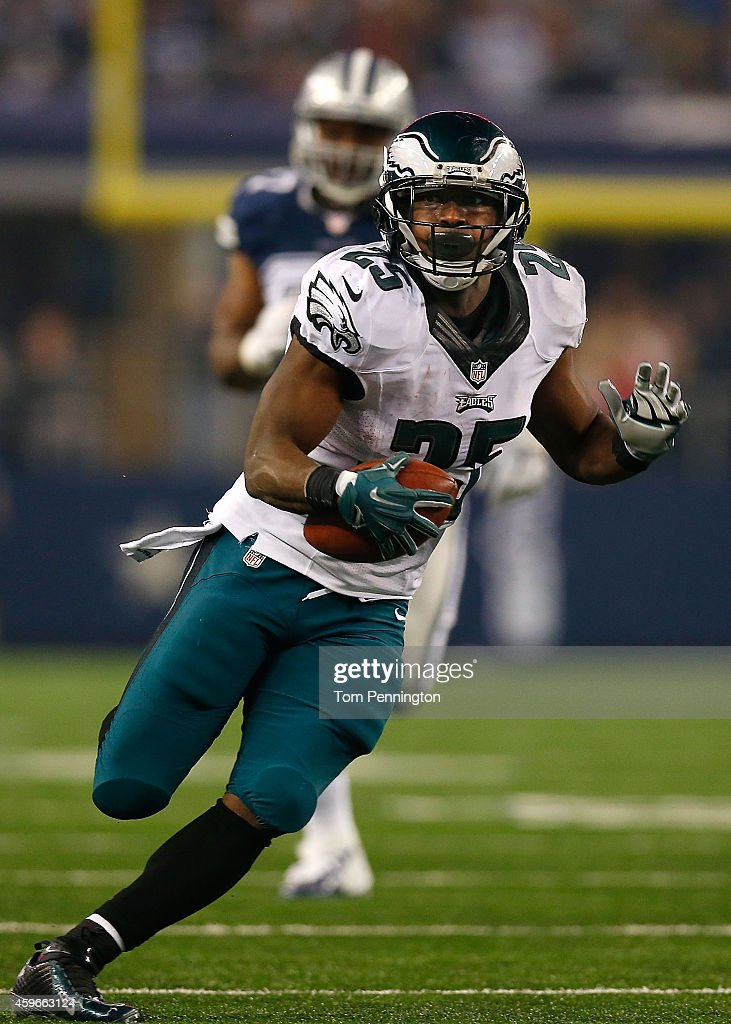 LeSean McCoy #25 of the Philadelphia Eagles runs for a touchdown against the Dallas Cowboys in the second half at AT&T Stadium on November 27, 2014 in Arlington, Texas.