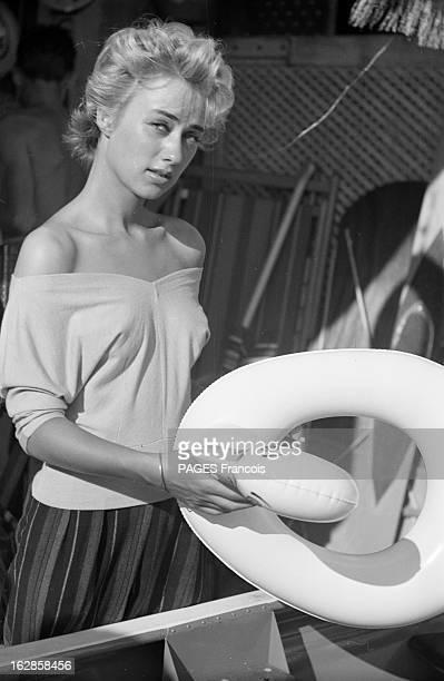 Leslie Caroll Portrait de Leslie CAROLL sosie de Martine CAROL au bord de la mer tenant une bouée d'enfant en forme de canard et s'appuyant sur une...