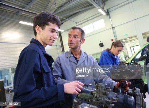Lezione di meccanica al garage : Foto stock