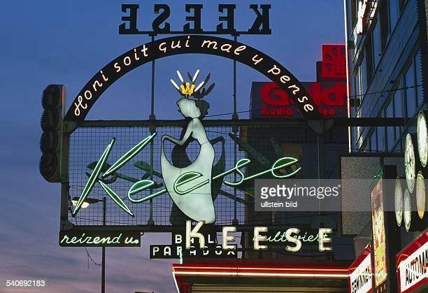 Leuchtendes Reklameschild des legendären 'Café Keese' auf StPauli mit dem Spruch 'Honi soit qui mal y pense' und dem Zusatz 'BALL PARADOX' und...