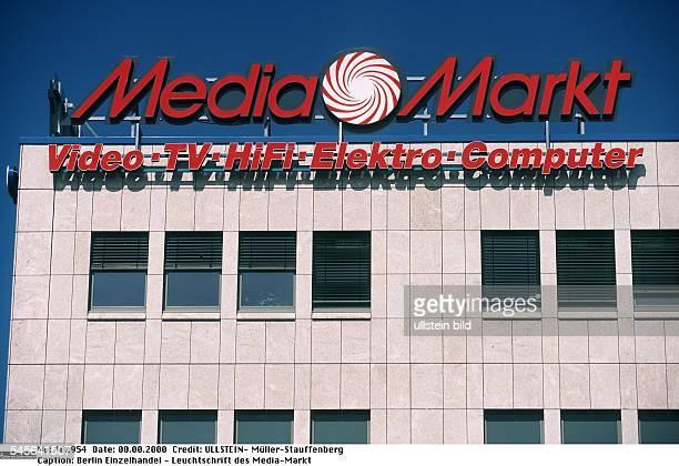 Leuchtschrift des MediaMarkt auf einer Filiale vor blauem Himmel 2000