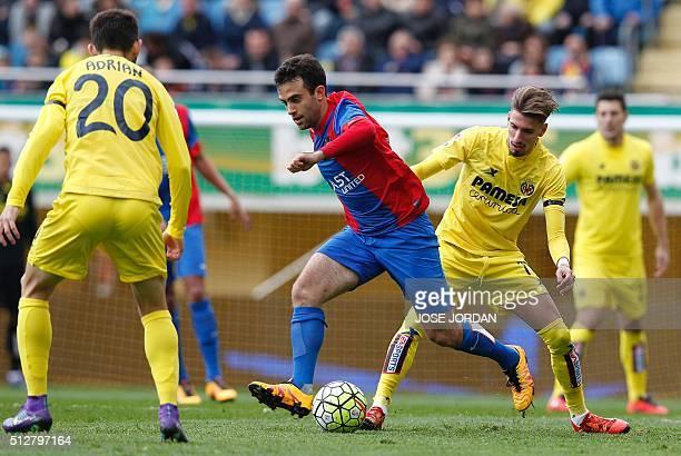 Levante's Italian midfielder Giuseppe Rossi vies with Villarreal's midfielder Samuel Castillejo during the Spanish league football match Villarreal...