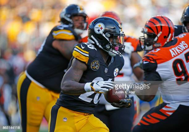 Le'Veon Bell of the Pittsburgh Steelers carries the ball against the Cincinnati Bengals in the first quarter during the game at Heinz Field on...