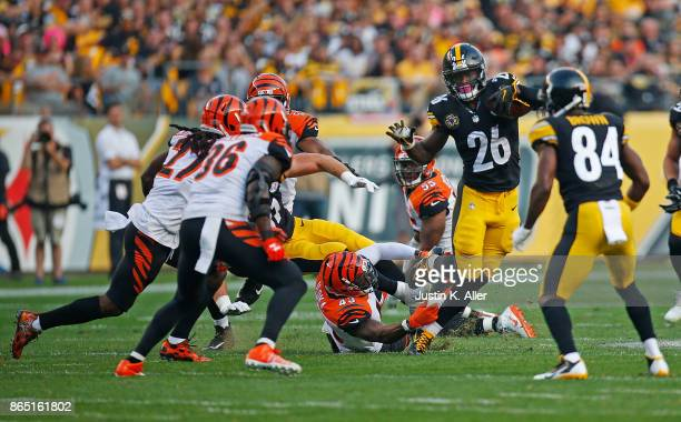 Le'Veon Bell of the Pittsburgh Steelers carries the ball against the Cincinnati Bengals in the first half during the game at Heinz Field on October...