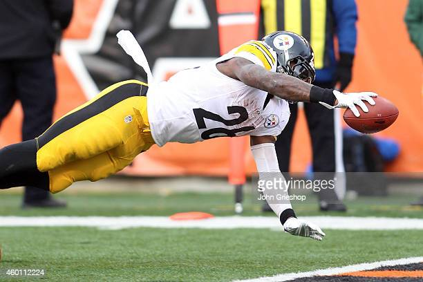 Le'Veon Bell of the Pittsburgh Steelers dives into the end zone to score a touchdown during the fourth quarter of the game against the Cincinnati...
