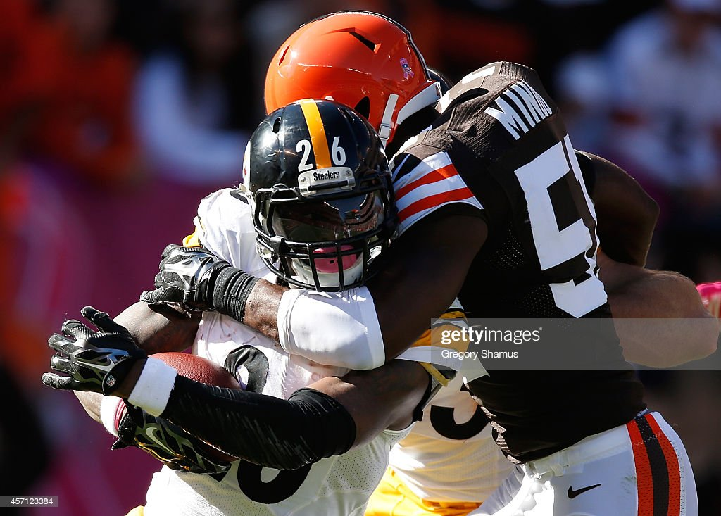 Le'Veon Bell of the Pittsburgh Steelers gets wrapped up by Barkevious Mingo of the Cleveland Browns during the third quarter at FirstEnergy Stadium...