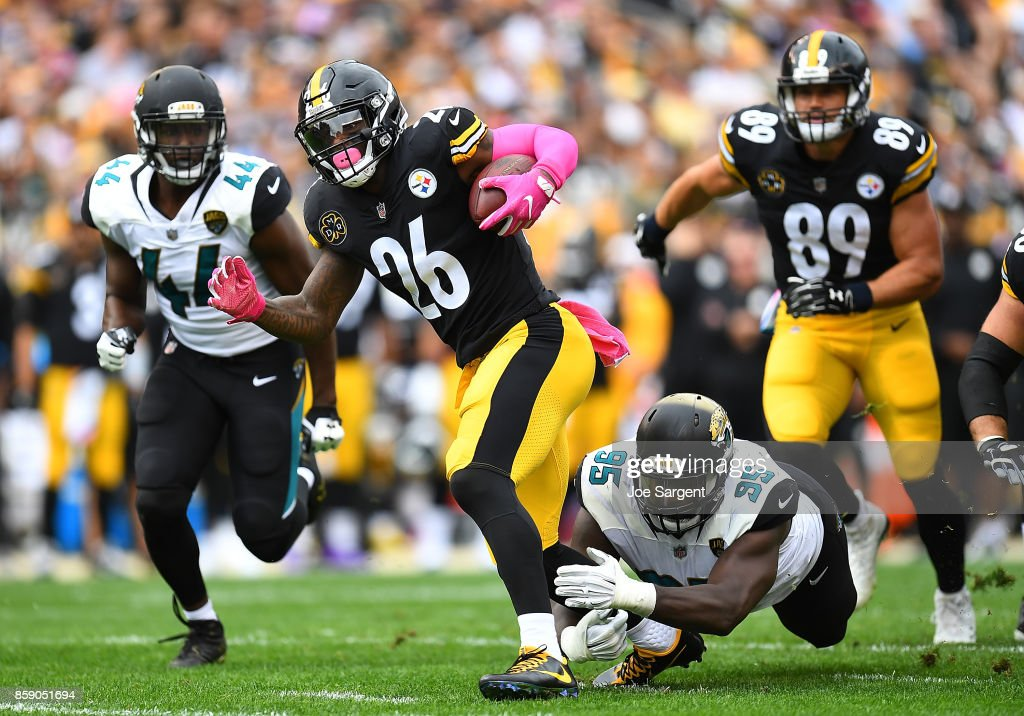 Le'Veon Bell #26 of the Pittsburgh Steelers rushes against the Jacksonville Jaguars in the first quarter during the game at Heinz Field on October 8, 2017 in Pittsburgh, Pennsylvania.