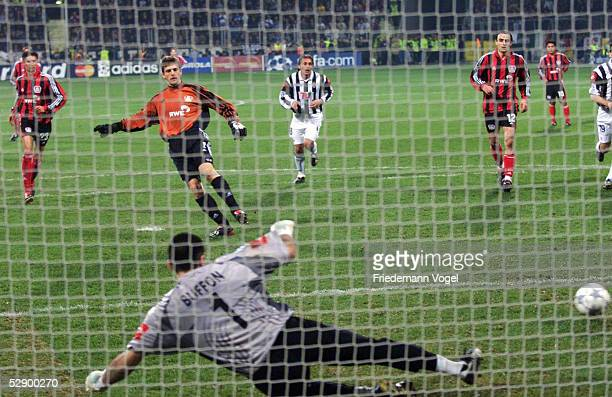 LEAGUE 01/02 Leverkusen BAYER 04 LEVERKUSEN JUVENTUS TURIN 31 TORWART HansJoerg BUTT/LEVERKUSEN schiesst per Elfmeter das TOR zum 10 gegen TORWART...