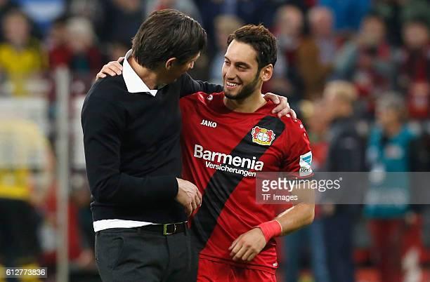Leverkusen Germany 1 Bundesliga 6 Spieltag Bayer 04 Leverkusen Borussia Dortmund Hakan Calhanoglu mit Cheftrainer Roger Schmidt nach dem Spiel